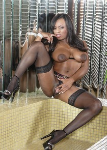 Horny babe Jada Fire Masturbating pussy in the bath