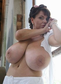 Beautiful jugs in this hot photo.